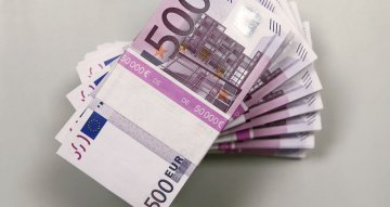 Euro struggles near three-year low as traders fret about economic slowdown