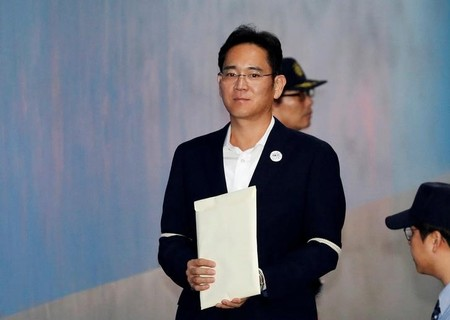 FILE PHOTO: Samsung Electronics Vice Chairman, Jay Y. Lee, arrives at a court in Seoul