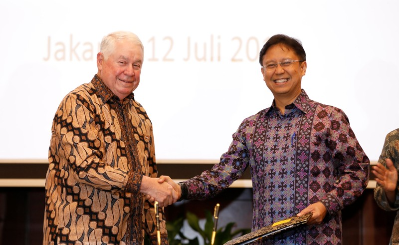 Freeport-McMoRan Chief Executive Officer Richard Adkerson (L), and PT Inalum Chief Executive Budi Gunadi Sadikin shake hands after signing an initial agreement for the state-owned mining company Inalum to take a controlling stake in Freeport's local
