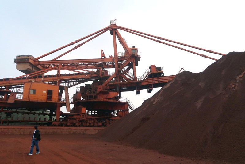 China iron ore extends losses, logs biggest weekly drop in