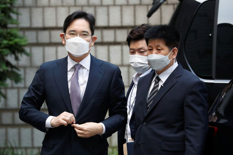 FILE PHOTO:  Samsung Group heir Jay Y. Lee arrives for a court hearing to review a detention warrant request against him at the Seoul Central District Court in Seoul