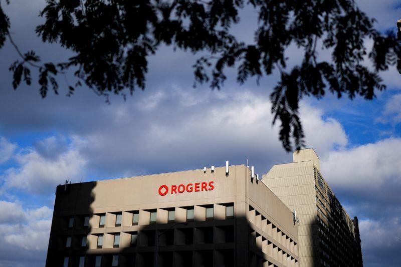 Rogers Communications réitère son soutien au PDG après que le président évincé ait tenté de reprendre le contrôle.